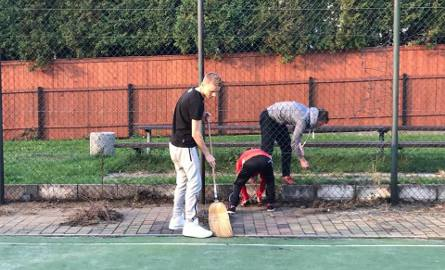 Olkusz. Studenci i licealiści sprzątają boisko