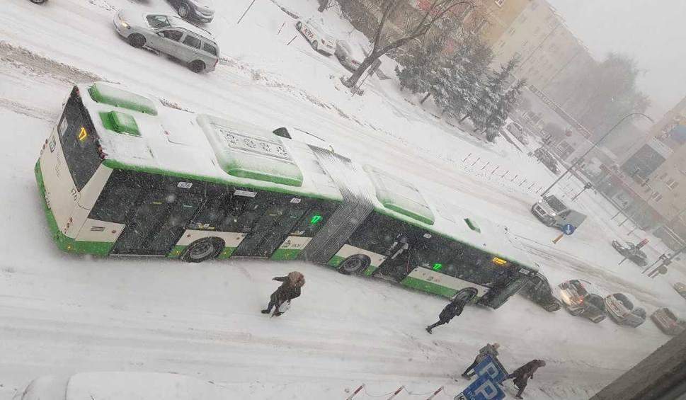 Film do artykułu: Śnieżyca w Białymstoku 15.01.2019. Województwo podlaskie pod śniegiem. Prognoza pogody (zdjęcia, wideo)