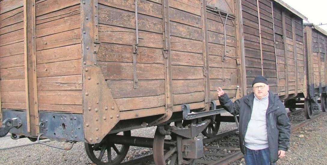 Marek Księżarczyk, miłośnik historii z Oświęcimia, pokazuje wagon na historycznej Judenrampie w Brzezince, gdzie początkowo dojeżdżały wagony z ofia
