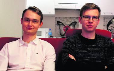 Gra odniosła taki sukces, że Jakub (z lewej) musiał założyć firmę. W przeciwnym razie wpadliby w kłopoty z urzędem skarbowym. Jakub, który oficjalnie