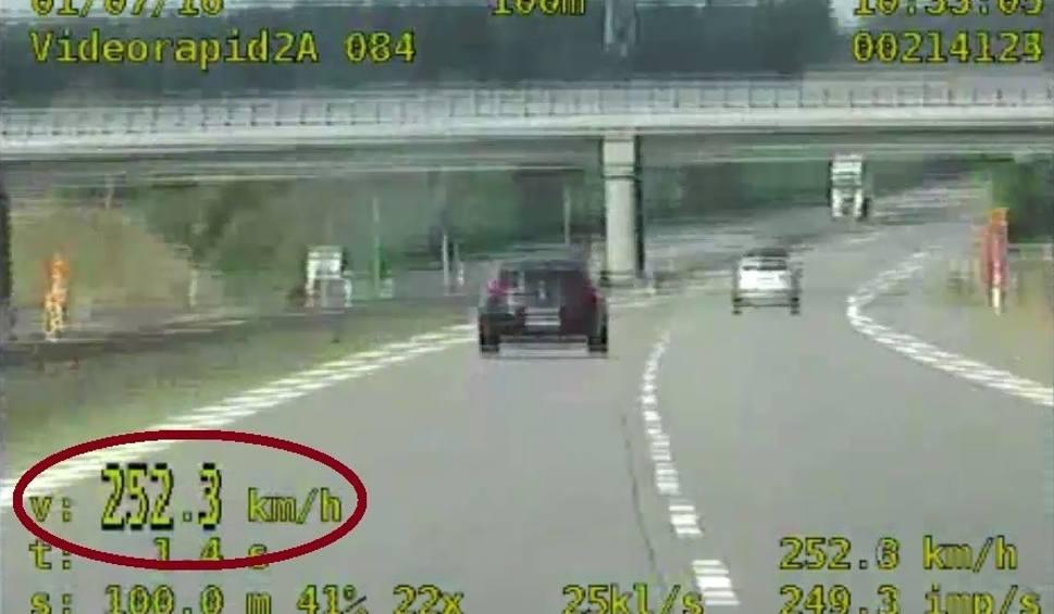 Film do artykułu: Pirat gnał autostradą ponad 250 km na godzinę [WIDEO]