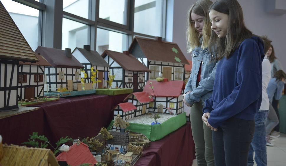 Film do artykułu: W szkole w Bierkowie stworzyli wystawę miniaturowych budowli szachulcowych