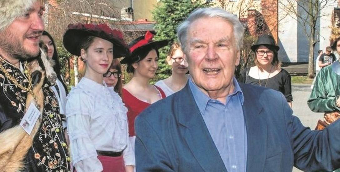 Znakomity aktor filmowy i teatralny Leonard Pietraszak, najsłynniejszy absolwent III LO,  nie zapomina o swojej szkole.
