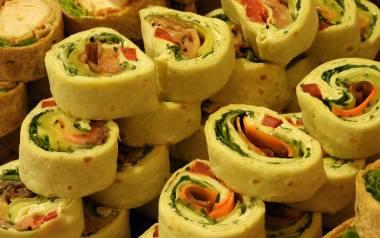 Tortilla to produkt, który idealnie pasuje na przekąski. Można jej użyć na wiele sposobów np. w formie zimnej przekąski.