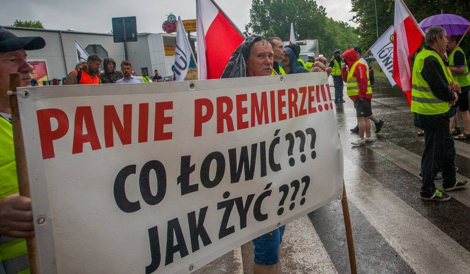 """Film do artykułu: """"To krzyk rozpaczy"""" - mówili protestujący we Władysławowie rolnicy i armatorzy, którzy zablokowali wjazd na Półwysep Helski. Zdjęcia, wideo"""