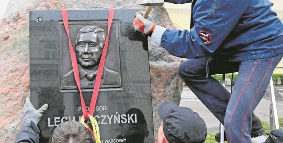 Głaz Lecha Kaczyńskiego przed warszawskim ratuszem stanął bez zgody władz miasta. Teraz ma zostać usunięty. Będzie afera...