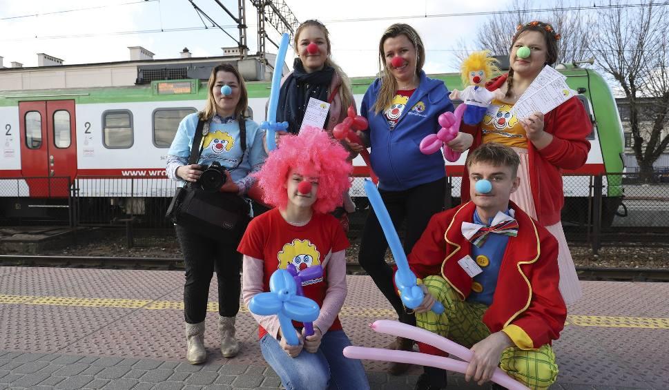 """Film do artykułu: Wolontariusze Fundacji """"Dr Clown"""" wywoływali uśmiech na dworcu PKP"""