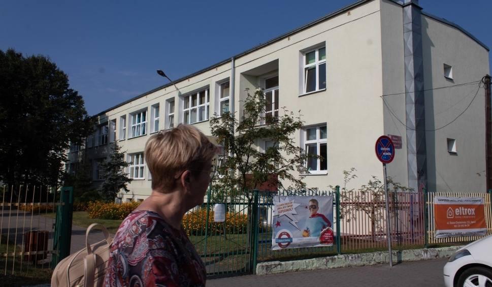 """Film do artykułu: Nieobecności w szkołach w Toruniu więcej niż zwykle. """"Gdyby nie było koronawirusa, córka już dawno wróciłaby na zajęcia"""""""