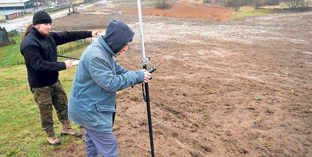 Geodeta Bartłomiej Kozakiewicz dokonuje pomiarów po makroniwelacji Górki Rynkowej
