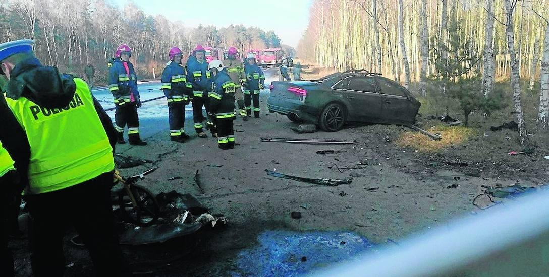 Audi, które za Włocławkiem zderzyło się z cysterną zostało całkowicie rozbite.  Do wypadku doszło około godz. 11.
