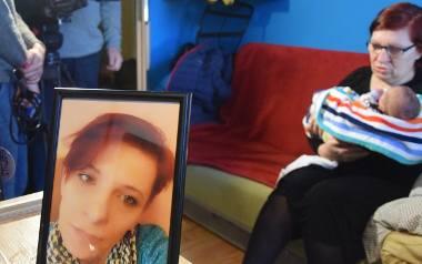 Małyum synkiem Ksawerym opiekuje się teraz babcia. Jak relacjonuje rodzina zmarłej kobiety, lekarze założyli jej nowe szwy. Niestety matka Ksawerego