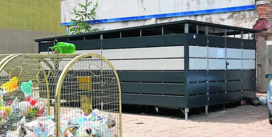 Nowe wiaty śmietnikowe na terenach spóldzielczych są zamykane i oświetlone przy pomocy fotowoltaiki