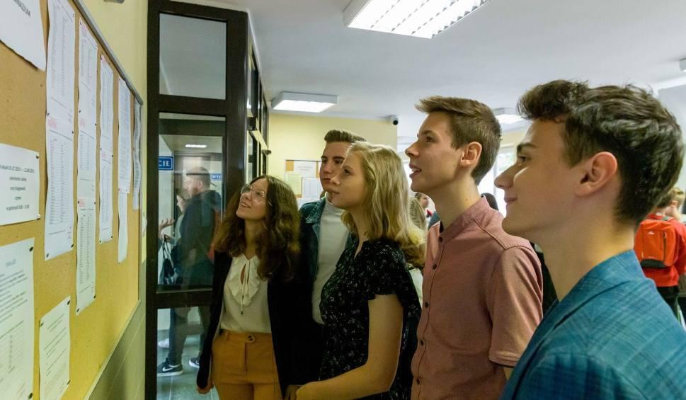 Film do artykułu: Szkoły średnie i brażowe ogłosiły informacje o wolnych miejscach. Zaczęła się druga tura rekrutacji