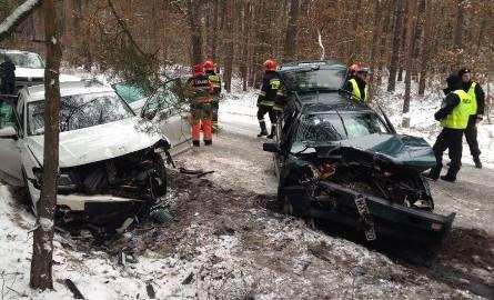 Dwa samochody zostały poważnie rozbite. Na miejscu rannych ratowali strażacy.