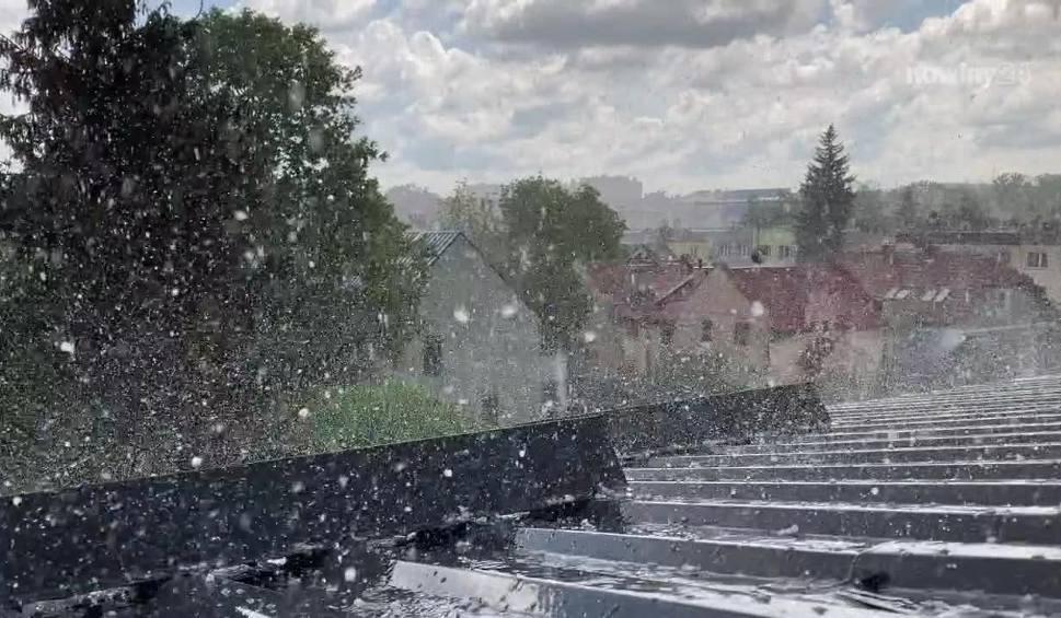 Film do artykułu: Uwaga! Burze z gradem przechodzą przez Podkarpacie. W Rzeszowie mocno sypało lodowymi kulkami [WIDEO INTERNAUTY]