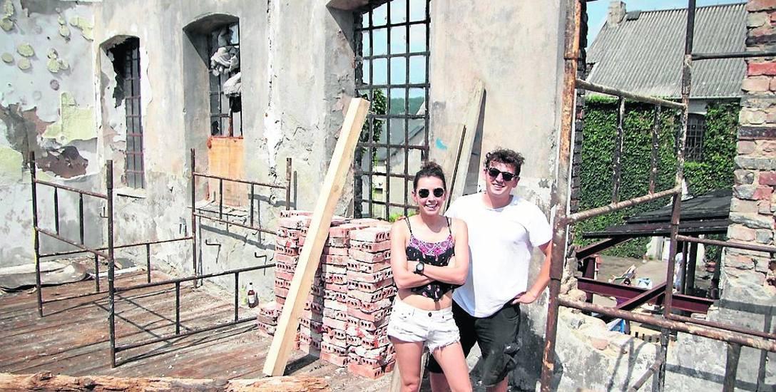 Artur Baranowski z siostrą Natalią na tle zabudowań. W tym miejscu ma być sala koncertowa.