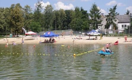 Ze zbiornika korzysta wiele osób. Kilka dni temu, kiedy słońce mocno prażyło, a temperatura sięgała powyżej 30 stopni Celsjusza, na plaży i w wodzie