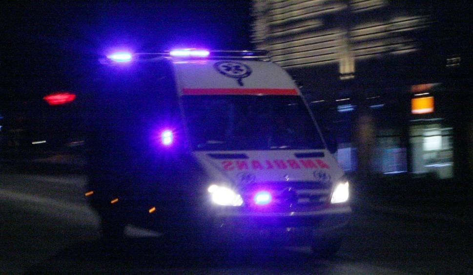 Film do artykułu: Gorlice. Ratownicy medyczni i strażacy nieśli pacjentkę na noszach niemal kilometr. Karetka nie zdołała pokonać całkowicie oblodzonej jezdni