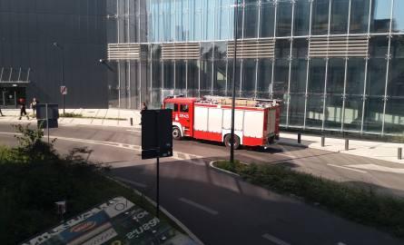 Kierowca wjeżdżający na parking w centrum handlowym Sukcesja tak przyhamował, że swąd z palonych opony uruchomił czujki dymuW środę 19 września około