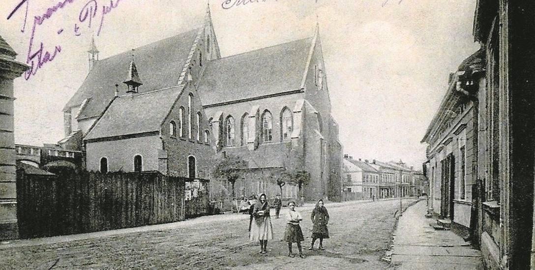 Zdjęcie z lat 20-tych ubiegłego wieku przedstawia kościół salezjanów ( w głębi) oraz kaplicę św. Jacka. Zdjęcie zrobiono od strony dzisiejszej ul. J