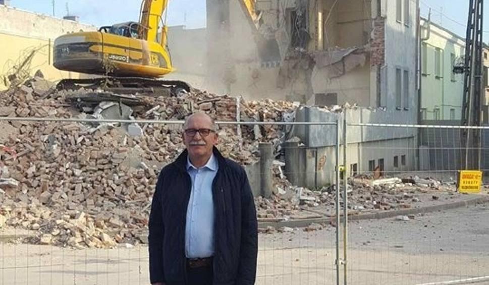 Film do artykułu: Mieszkania komunalne w Grojcu. Zburzyli dawny komisariat, będzie tam blok