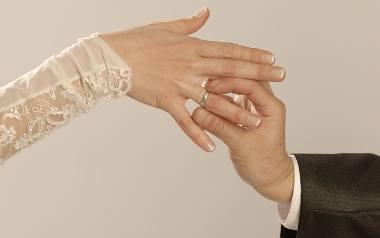 Fikcyjne małżeństwa coraz częstsze. Co za nie grozi?