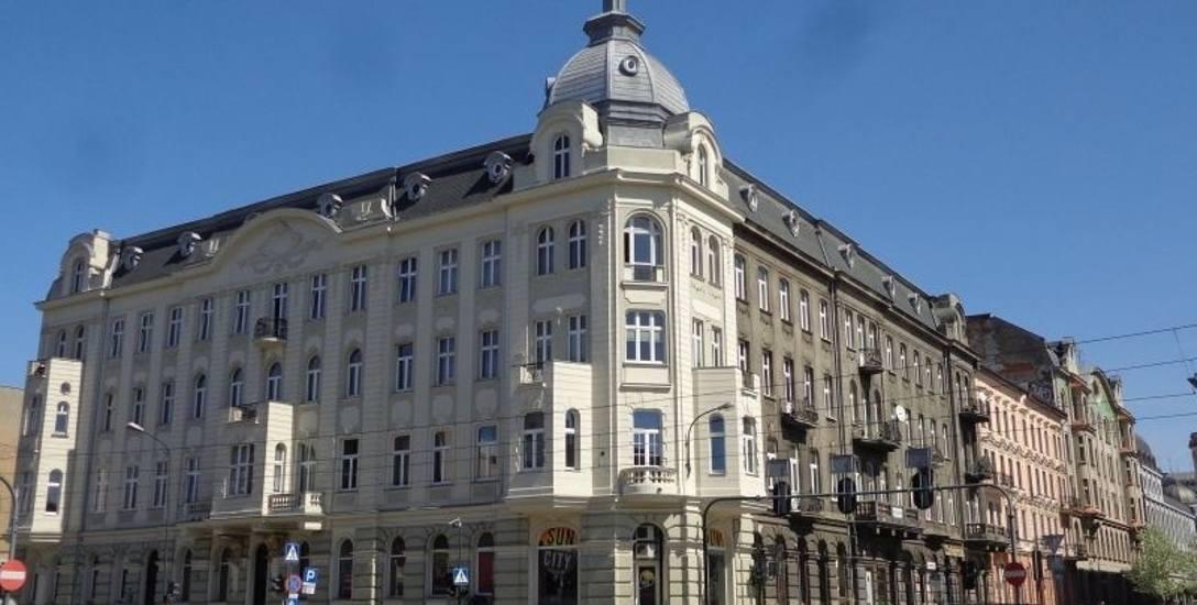 Od strony al. Kościuszki kamienica Bernarda Glüksmana, zbudowana w 1895 roku, zachwyca elewacją i ciekawymi detalami.
