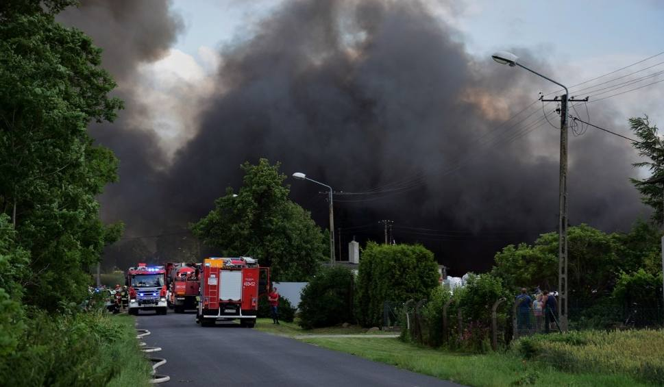 Film do artykułu: Ogromny pożar pod Złotnikami Kujawskimi. Paliło się składowisko tworzyw sztucznych w Lisewie Kościelnym [zdjęcia, wideo]