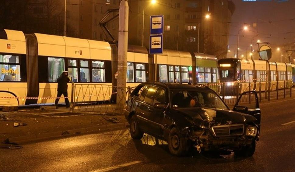 Film do artykułu: Auto wjechało w przystanek Wyszyńskiego. 5 osób rannych [zdjęcia, wideo]