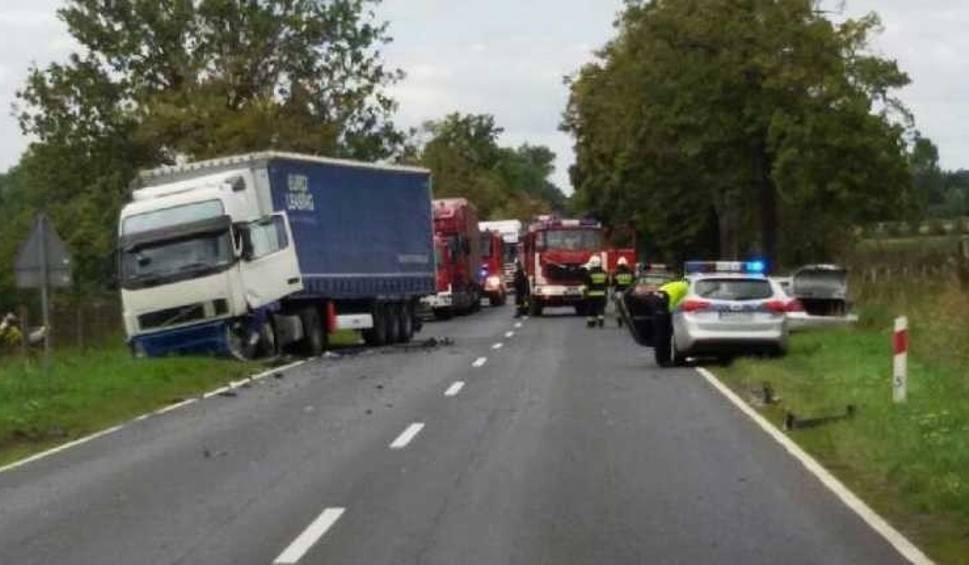 Film do artykułu: Wypadek na DK10. Trasa Piła - Bydgoszcz: Zderzenie dwóch ciężarówek i osobówki. Jedna osoba nie żyje