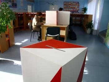Wybory samorządowe 2018. W Bolechowicach zakłócali ciszę wyborczą. Brzydkie napisy na plakacie jednego z kandydatów