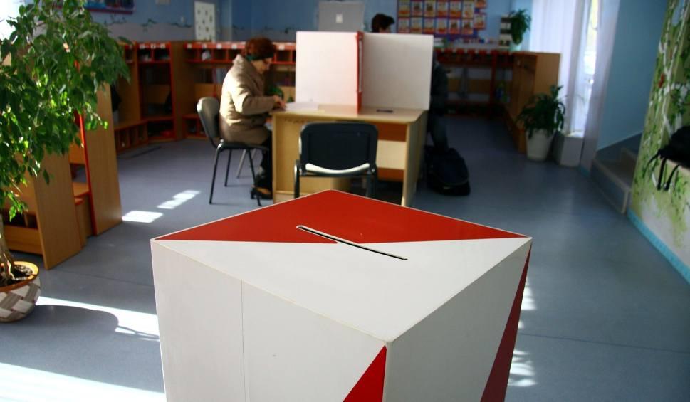 Film do artykułu: Wybory samorządowe 2018. W Bolechowicach zakłócali ciszę wyborczą. Brzydkie napisy na plakacie jednego z kandydatów