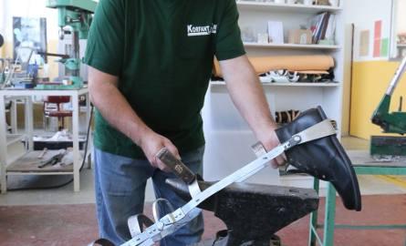 Ryszard Grulich klepie szkielety protez od 40 lat.