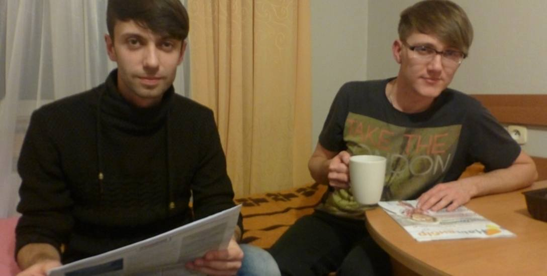 Maksym (z lewej) i Jehor mieszkają w jednym pokoju. Jehor po tygodniu pracy, w niedzielę strzyże chłopaków z hotelu