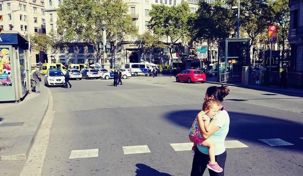 Film do artykułu: Seria zamachów terrorystycznych w Hiszpanii: Samochody wjechały w tłum ludzi. 13 osób zginęło