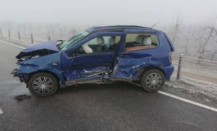 Jeden z rozbitych samochodów w wypadku na drodze numer 79 w Ostrówku.