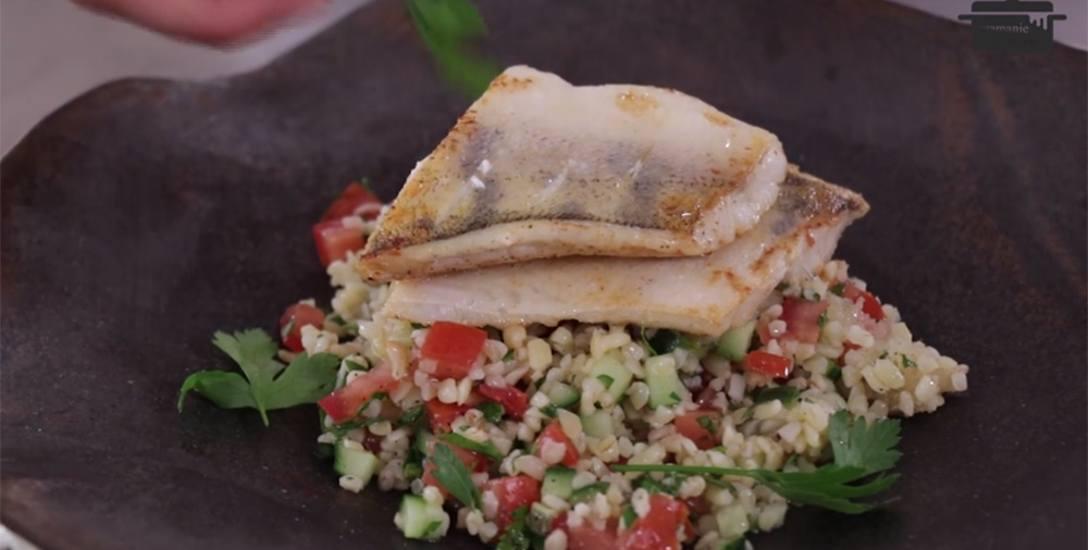 Tabouleh, czyli libańska sałatka, podana z sandaczem
