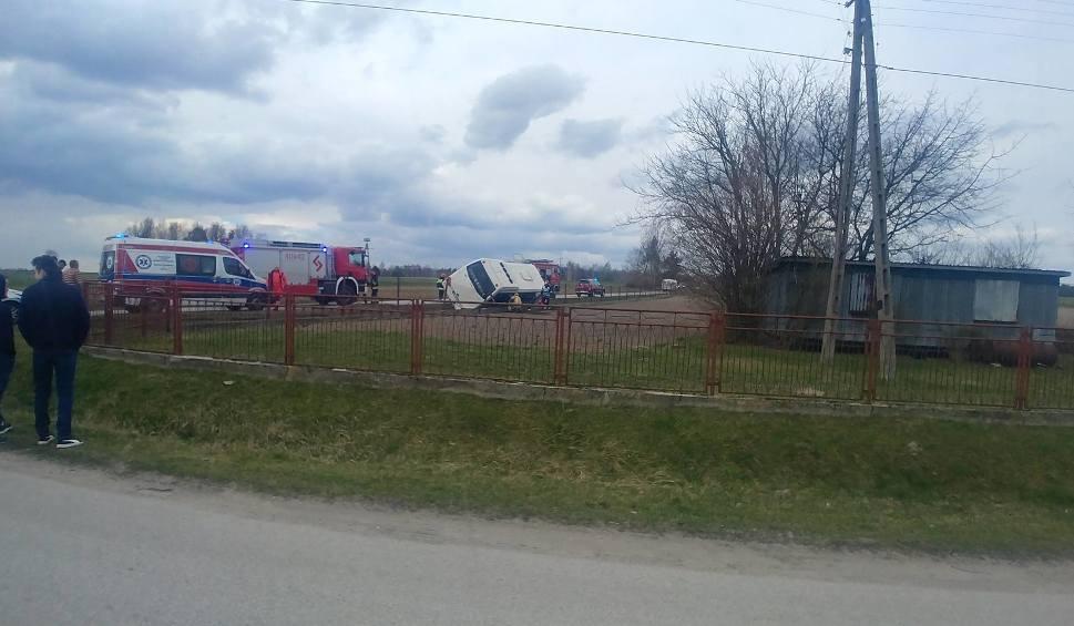 Film do artykułu: Wypadek szkolnego autobusu w powiecie jędrzejowskim! Dwie osoby w szpitalu