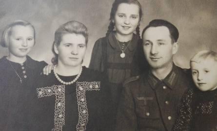Liszkowie - zdjęcie rodzinne. Trzecia od lewej Stefania Erm