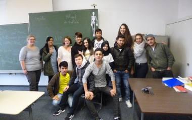 Aleksandra Górna (na zdjęciu stoi trzecia od lewej) prowadziła zajęcia z języka niemieckiego dla uchodźców w klasach międzynarodowych. - Już dawno nie