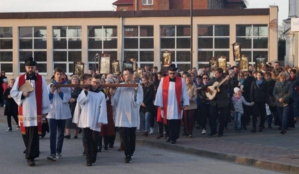 Film do artykułu: Wierni przeszli drogą krzyżową w Kazimierzy Wielkiej [ZDJĘCIA]