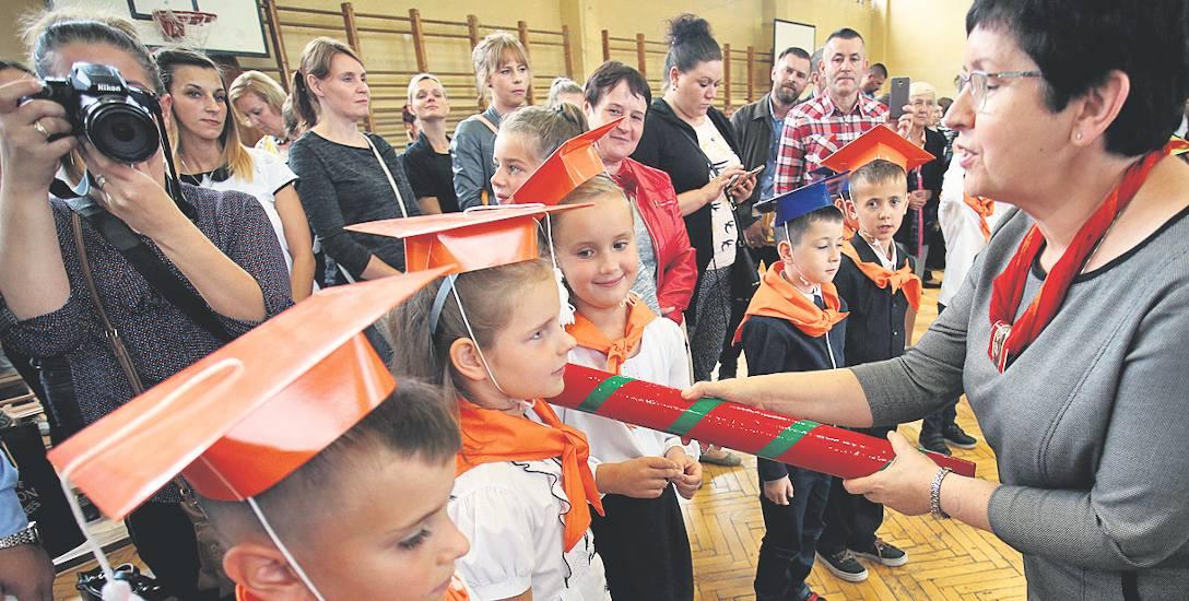 Pasowanie uczniów pierwszej klasy w Szkole Podstawowej nr 3 w Słupsku. Pierwszaków pasowała Jolanta Wiśniewska, dyrektorka placówki. Solidny ołówek spoczywa