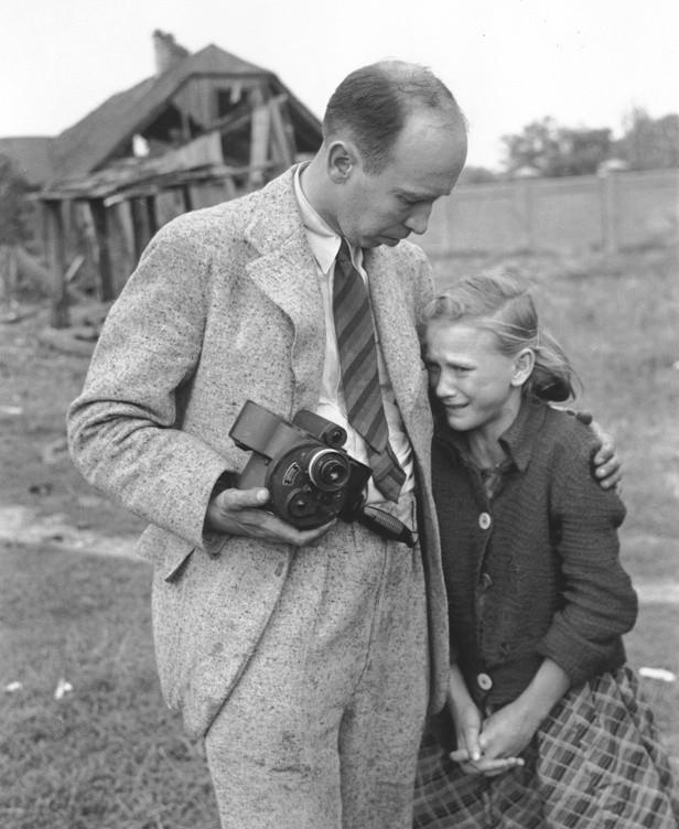 Julien Bryan i 12-letnia Kazimiera Mika, jedna z bohaterek jego zdjęć, którą odnalazł po wojnie