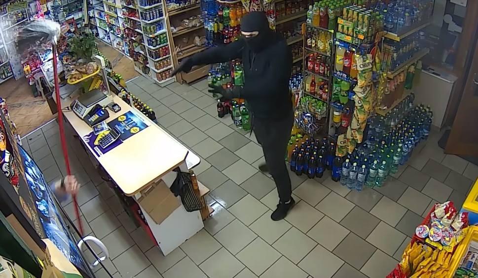 Film do artykułu: Napad na sklep w Pinczynie. Zamaskowany złodziej groził bronią, przegoniła go ekspedientka przy pomocy mopa [wideo]