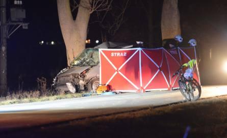 Jedna osoba nie żyje a dwie zostały ranne w wypadku, do którego doszło w miejscowości Mątawy w powiecie świeckim. Samochód osobowy uderzył w drzewo.Do
