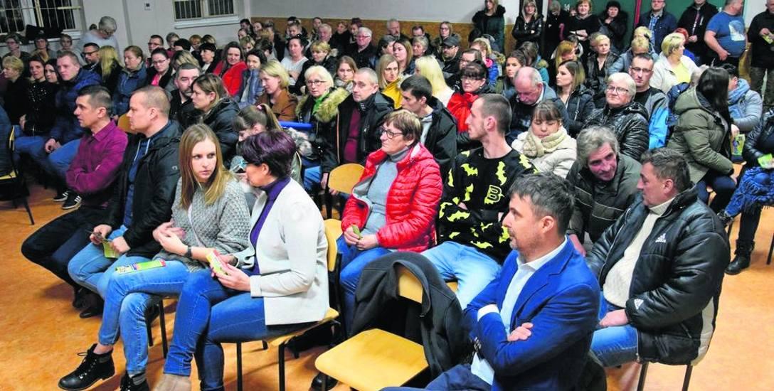 Spotkanie z rodzicami uczniów w świetlicy wiejskiej w Parsęcku koło Szczecinka. Wczoraj wieczorem wójt spotkał się jeszcze z rodzicami w Gwdy. Jutro
