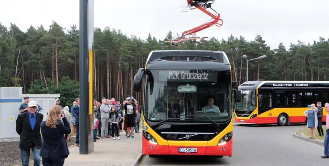 Nowe autobusy  - w trybie hybrydowym, czyli spalinowo-elektrycznym - mogą jeździć nawet bez doładowywania na stacjach końcowych.  Tyle, że to tylko połowa
