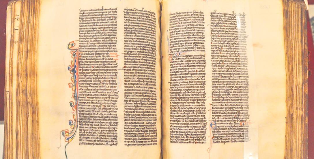 XIII- wieczna Biblia na pergaminie - wykonana w Paryżu, służyła studentom
