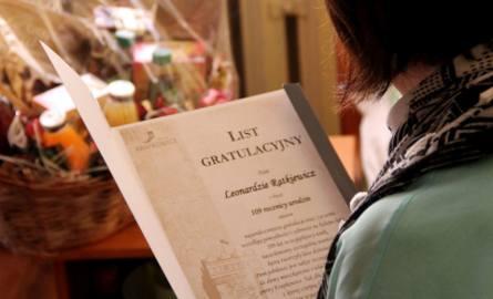 Pracownicy powiatu wręczyli jubilatce kartkę z życzeniami od 450 mieszkańców, którzy wcześniej podpisali się na wirtualnej kartce poprzez Facebooka.