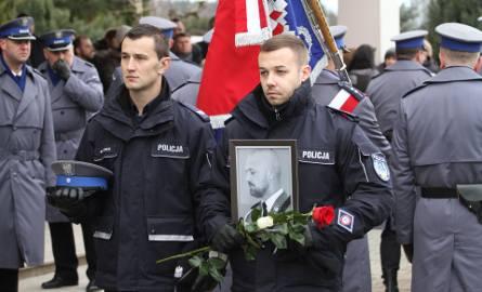 Ostatnie pożegnanie aspiranta Krzysztofa Węglińskiego z Tarnobrzega - policjanta, który zginął w wypadku jadąc na służbę  [ZDJĘCIA]